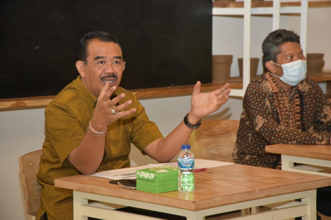 I Wayan Suambara memberi kuliah umum dalam kegiatan Guest Lecture tentang